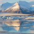 Snow mountain reflection in Jokulsarlon lagoon — Stock fotografie #68868911