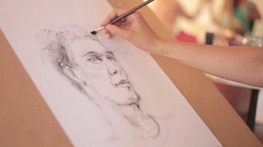 Paints a portrait — Stockvideo