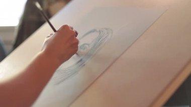 Paints a portrait — 图库视频影像