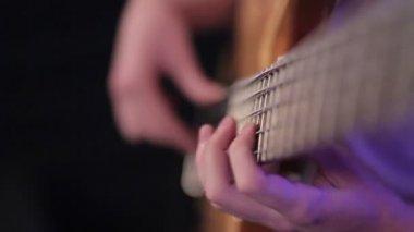 Gra na gitarze basowej — Wideo stockowe