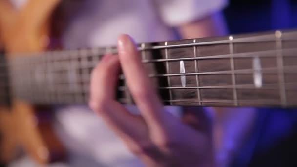 Tocando la guitarra baja — Vídeo de stock