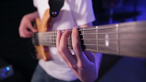 Playing The Bass Guitar — Vidéo