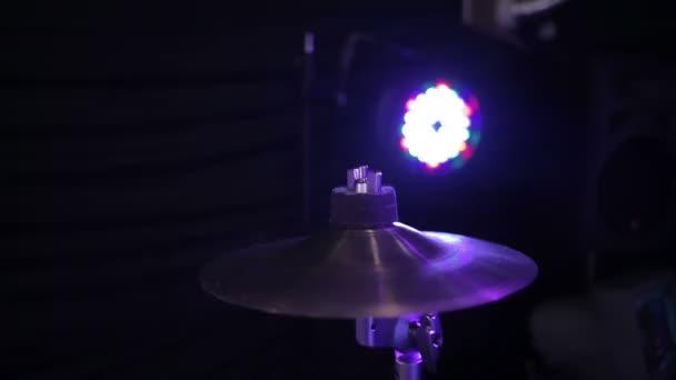 El baterista pega los palillos del tambor — Vídeo de stock