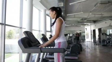 Running on the treademill — Stock Video