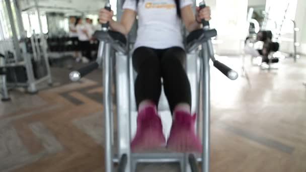 Exercices dans le gymnase — Vidéo