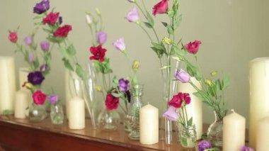 Decorado con flores y velas — Vídeo de Stock