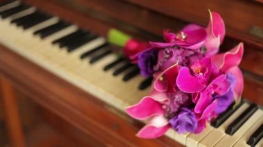 Old beautiful piano with bouquets of flowers — Stok video