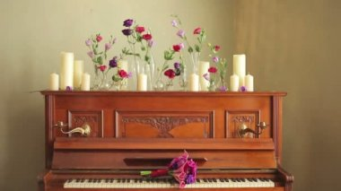 Old beautiful piano with bouquets of flowers and candles — Stock Video