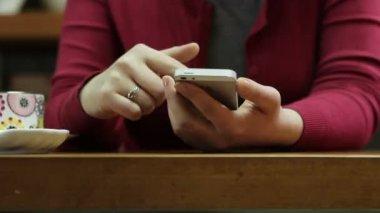 Vrouw met een smartphone — Stockvideo