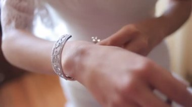 The bride wears wedding jewelry, put bracelet on wrist — Stock Video