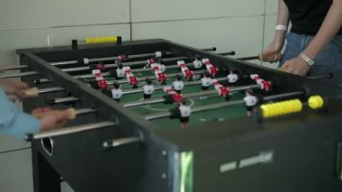 Playing foosball. steadicam shot — Wideo stockowe