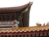 Corniche de style chinois, une partie du toit, isolé sur blanc backgroun — Photo