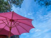 Red umbrella against the blue sky — Stock Photo