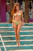 Green Bikini - Tone Abs - Full Lenght - Walking Down Stairs — Foto de Stock