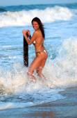Sexy roodharige Farrah speelt in de Oceaan in een ongebonden Bikini - landschap - veel kopie ruimte — Stockfoto