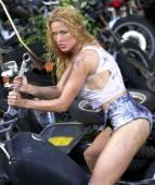 Cut Off Tea Shirt - Daisey Duke Cutoffs - Stunning Greased Blonde — Stockfoto