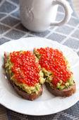 Sandwich mit Avocado und Kaviar — Stockfoto