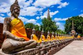 Thailand, row of Buddha images in Ayutthaya Temple — Stock fotografie