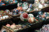 在圣诞市场上一篮子的惊人的美丽球 — 图库照片