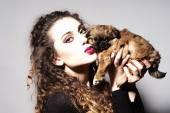 时尚年轻漂亮的女孩和小狗 — 图库照片