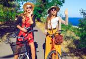 Hipster girls have perfect free day — Stock Photo