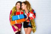 Sisters holding party gifts and presents — Photo