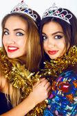 Vrouwen dragen nep kronen en klatergoud — Stockfoto