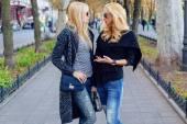 Открытый Портрет двух сестер стильный блондинка — Стоковое фото