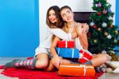 Sisters celebrating Christmas together — Stock Photo