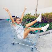 Girl pound at shopping trolley — Stockfoto
