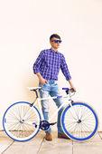 Hipster man posing near modern bike — Photo