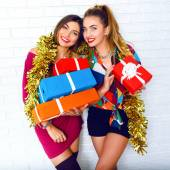 Sisters holding party gifts and presents — Stockfoto