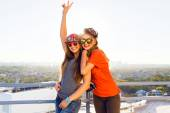Two young girl posing at the roof — Stockfoto