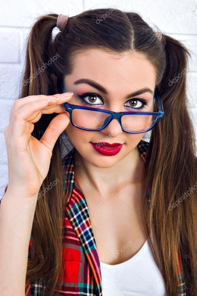 Chica adolescente inconformista con maquillaje brillante \u2013 Imagen de Archivo