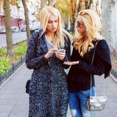Lifestyle portrait of two blonde girls — Stock Photo