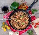 Vegetables, beef and noodles skillet with mushrooms — Photo