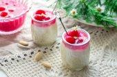 Sütlaç bademli, çırpılmış krema ve vişne sos — Stok fotoğraf