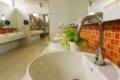 洗面台とトイレで花崗岩のカウンターの蛇口 — ストック写真