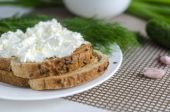 Sliced bread with cream cheese — Stock Photo