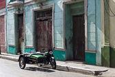 Green vintage sidecar in a cuban stree — Stok fotoğraf