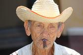 老人抽着雪茄 — 图库照片