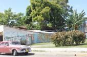 Street Art and a Old Cuban Car in Santa Clara — Stock Photo