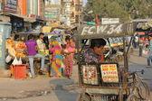 在斋浦尔,其交通和步行沿着这条街的人的日常生活 — 图库照片