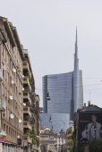 Milan Between history and Modernity. The Porta Nuova ancient arch and the new glass skyscraper — Stock Photo