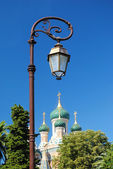 Beautiful lantern over the domes of the Russian Orthodox Church — Stock Photo