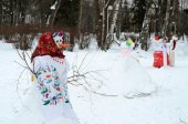 Interesting figures of snowmen in the Ukrainian national clothes — Stock Photo