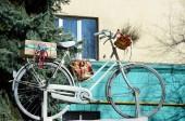 Bicicleta velha com presentes na construção de plano de fundo — Fotografia Stock
