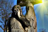 The old stone statue of an angel in light sunlight (doomsday, ap — Stockfoto