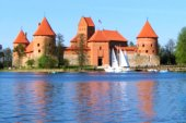 Castle in Trakai, Lithuania. Blur effect. (Background for touris — Zdjęcie stockowe