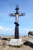 Crucifixion of Jesus against the sky on Mount Petros in Carpathi — Stock Photo